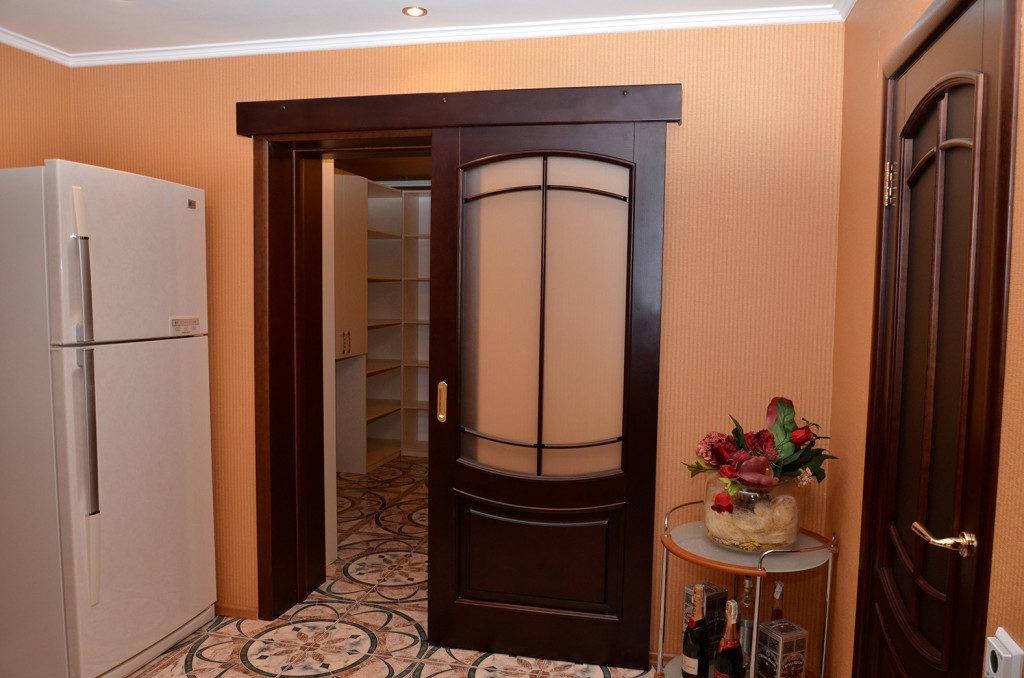 Раздвижные дверииз массива дерева, стекла, алюминия