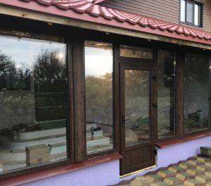 Остекление фасада пристройки частного дома с применением деревянного профиля